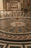 Sikt av den berömda bollen för koppar för Foucault klockpendel som svänger inom panteon i Paris Fotografering för Bildbyråer