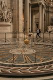 Sikt av den berömda bollen för koppar för Foucault klockpendel som svänger inom panteon i Paris Royaltyfri Bild