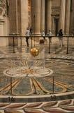 Sikt av den berömda bollen för koppar för Foucault klockpendel som svänger inom panteon i Paris Arkivfoto