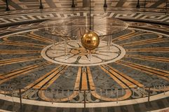 Sikt av den berömda bollen för koppar för Foucault klockpendel som svänger inom panteon i Paris Arkivbilder