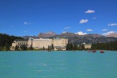 Sikt av den berömda Fairmont Chateau sjön Louise Hotel Royaltyfri Bild