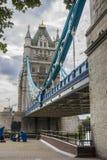 Sikt av den berömda London bron, England Arkivfoton