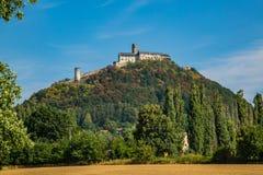 Sikt av den berömda medeltida slotten Bezdez i Tjeckien arkivfoton