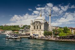 Sikt av den berömda Ortakoy moskén Ortakoy Camii och den Bosphorus bron istanbul Royaltyfri Fotografi