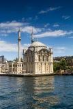 Sikt av den berömda Ortakoy moskéOrtakoy Camii stanbulen kalkon Royaltyfri Bild