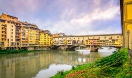 Sikt av den berömda Ponte Vecchio bron i Florence Royaltyfri Foto