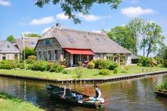 Sikt av den ber?mda Giethoorn byn med kanaler i landskapet av ?Overijssel arkivfoto