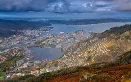 Sikt av den Bergen staden som ses från toppmötet av monteringen Ulriken Arkivbilder