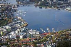 Sikt av den Bergen staden som ses från toppmötet av monteringen Ulriken Royaltyfria Bilder