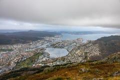 Sikt av den Bergen staden som ses från toppmötet av monteringen Ulriken Royaltyfri Bild