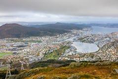 Sikt av den Bergen staden som ses från toppmötet av monteringen Ulriken Arkivbild