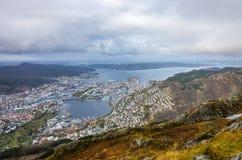 Sikt av den Bergen staden som ses från toppmötet av monteringen Ulriken Royaltyfria Foton