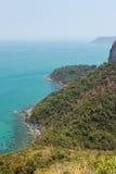 Sikt av den bergiga ön, kustlinjen & havet i Thailand Fotografering för Bildbyråer