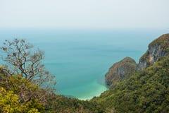 Sikt av den bergiga ön, kustlinjen & havet i Thailand Arkivfoton