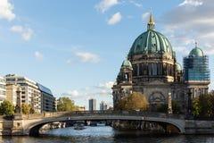 Sikt av den Berlin Cathedral och Friedrichs bron royaltyfri fotografi