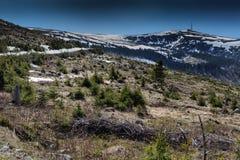 Sikt av den Bihor bergöverkanten med överföringsantennen på överkanten, Royaltyfri Fotografi