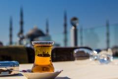 Sikt av den blåa moskén (Sultanahmet Camii) till och med ett traditionellt turkiskt teexponeringsglas, Istanbul, Turkiet Royaltyfria Bilder