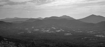 Sikt av den blåa Ridge Mountains och gåsliten vikdalen arkivfoton