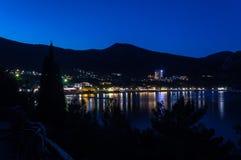 Sikt av den Black Sea fjärden mellan berg med stadsljus och Arkivbilder