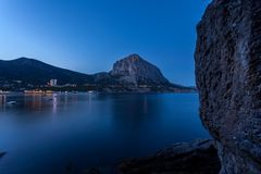 Sikt av den Black Sea fjärden mellan berg med stadsljus och Arkivfoto