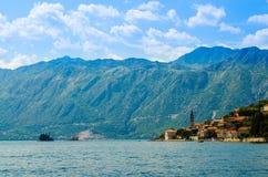 Sikt av den Boka Kotor fjärden med den Perast staden, Montenegro arkivbilder