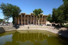 Sikt av den Bolo Hauz moskén byggda uzbekistan arkivfoto