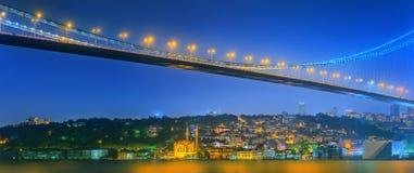 Sikt av den Bosphorus bron på natten Istanbul Arkivfoto