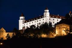 Sikt av den Bratislava slotten i natt Arkivbild