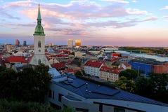 Sikt av den Bratislava staden med domkyrkan för St Martin ` s, Slovakien Royaltyfria Bilder