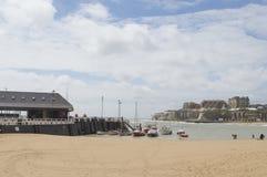 Sikt av den Broadstairs, Kent hamnen och stranden Royaltyfri Foto