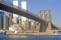 Sikt av den Brooklyn bron från East River, New York City, NY Arkivbilder