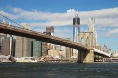 Sikt av den Brooklyn bron och Freedom Tower på Manhattan Royaltyfri Foto