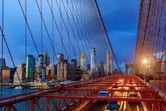 Sikt av den Brooklyn bron på natten med biltrafik Royaltyfri Fotografi