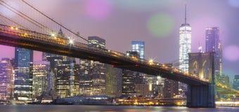 Sikt av den Brooklyn bron vid natten, NYC Royaltyfri Foto