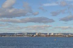 Sikt av den Cardiff fjärden och milleniumstadion Arkivbild