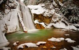 Sikt av den Casoca vattenfallet i vinter, Buzau, Rumänien arkivbild