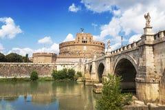 Sikt av den Castel Sant `en angelo eller mausoleet av Hadrian och Ponte Sant ` angelo royaltyfri fotografi
