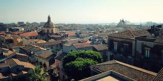 Sikt av den Catania staden från taket - retro filter gammala byggnader Royaltyfria Bilder