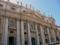Sikt av den centrala fasaden av Sts Peter basilika royaltyfri fotografi