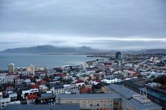 Sikt av den centrala Reykjaviken från den Hallgrimskirkja kyrkan Arkivbild