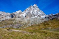 Sikt av den Cervino monteringen Matterhorn från cablewaystationen av planet Maison, ovanför den turist- staden för berg av Breuil royaltyfri foto