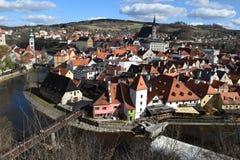Sikt av den Cesky Krumlov och Vltava floden från högstämd vinkel Royaltyfria Foton