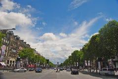 Sikt av den Champs-Elysees boulevarden i Paris Arkivfoto