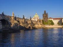 Sikt av den Charles bron i Prague, tjeckisk republik Gotiska Charles Bridge är en av de mest besökte sikten i Prague arkitektur royaltyfri bild