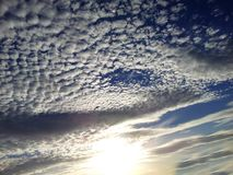 Sikt av den cirrusmolnmoln och solen på blå himmel Arkivbilder