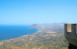 Sikt av den Cofano monteringen och den Tyrrhenian kustlinjen från Erice (T Arkivbild