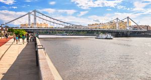 Sikt av den Crimean bron från invallningen Royaltyfri Foto