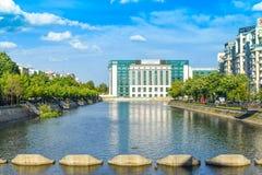 Sikt av den Dambovita floden och det nationella arkivet i en solig vårdag - Bucharest, Rumänien - 20 05 2019 royaltyfri fotografi