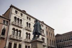 Sikt av den Daniele Manin statyn arkivbild