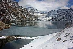 Sikt av den delvist fryste sjön Tsongmo, Sikkim, Indien Arkivbilder